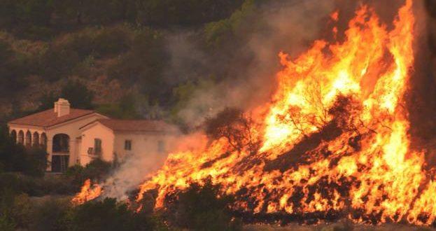 ΗΠΑ: Εκκενώνεται η Σάντα Μπάρμπαρα – Ένας νεκρός, περισσότερα από 700 σπίτια στάχτη (Video – Photos)